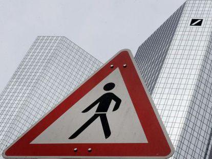 Una señal de tráfico frente a la sede de Deutsche Bank en Fráncfort.