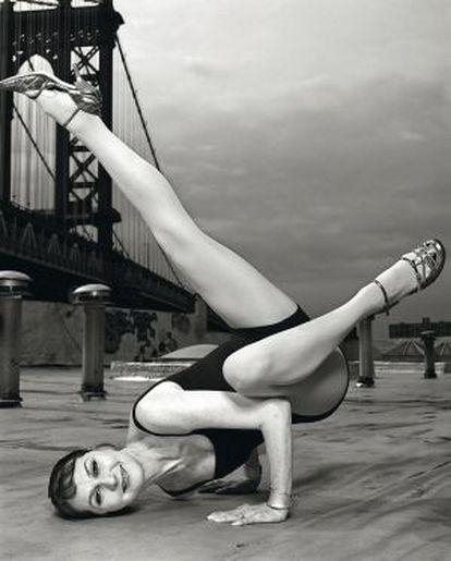 Sharon Gannon, creadora del yoga Jivamukti junto a David Life, en el puente de Manhattan, en Brooklyn (Nueva York), en mayo de 2006.