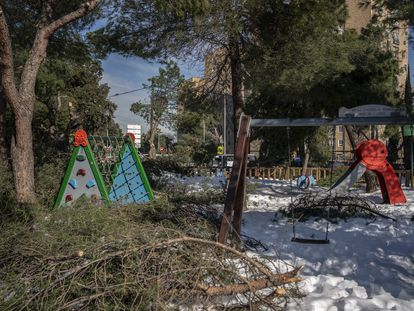 Árboles caídos en un parque infantil de la Casa de Campo.