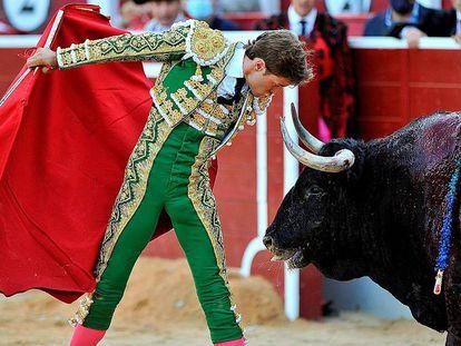 Juan Leal se desplanta ante uno de sus toros.
