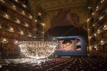 Técnicos del Teatro Colón de Buenos Aires realizan tareas de mantenimiento a la araña que corona la sala principal.