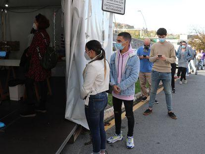 Vecinos de la localidad bilbaína de Santutxu esperan para someterse a una prueba PCR el 18 de noviembre.
