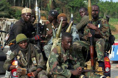 Fuerzas leales al presidente electo Ouattara se desplazan en una camioneta hacia Abiyán.