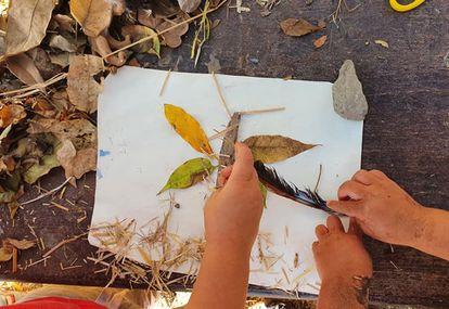 Un collage realizado con elementos naturales por unos niños de la escuela-bosque de Las Palmas de Gran Canaria.