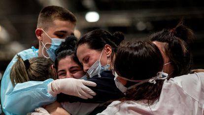 Trabajadores de Ifema, el pasado jueves celebrando el cierre del hospital provisional de Madrid.