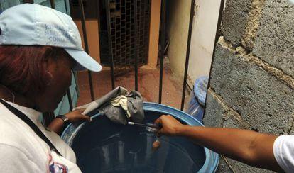 Tratamiento de agua para evitar la propagación del chikunguña en Santo Domingo.