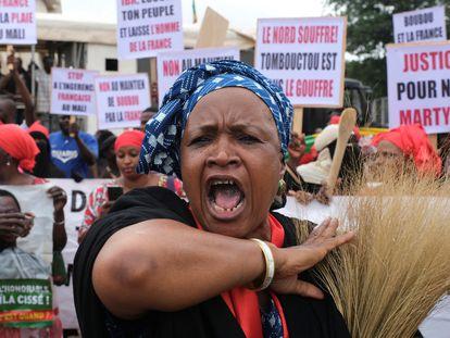 Una mujer pide la dimisión del presidente Ibrahim Boubacar Keita durante la manifestación de la oposición y colectivos de la sociedad civil celebrada el pasado día 11 en Bamako.