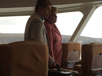 Merkel, junto a su esposo, en un barco regular de pasajeros que une La Gomera con Tenerife, en 2017.