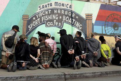 Varios detenidos, junto al muelle de Santa Monica, California, este domingo.