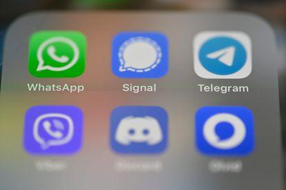 Pantalla de móvil que incluye los logos de las aplicaciones de mensajería, de izquierda a derecha y de arriba a abajo: WhatsApp, Signal, Telegram, Viber, Discord y Olvid.