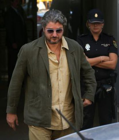 Cristóbal Páez sale de la Audiencia.