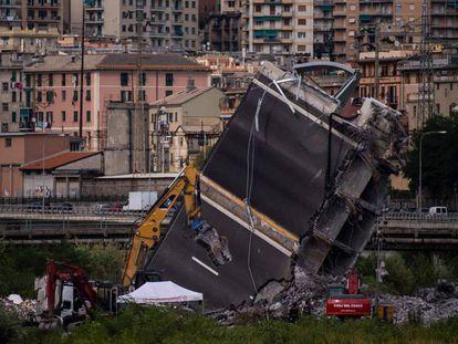 Los bomberos trabajan entre los escombros del puente en Génova, Italia.