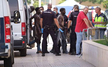 Inmigrantes que saltaron este domingo la valla, a su llegada a la comisaría de Melilla.