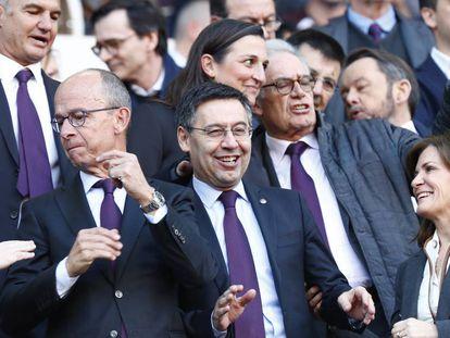 El presidente del Barcelona, Josep Maria Bartomeu, en el campo.