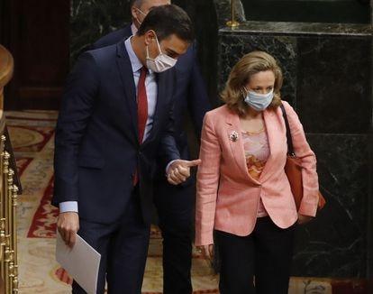 El presidente del Gobierno, Pedro Sánchez, conversa con la vicepresidenta económica, Nadia Calviño, durante una sesión de control al Ejecutivo.