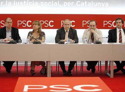 La cúpula del PSC sin Pasqual Maragall. De izquierda a derecha, José Zaragoza, Manuela de Madre, José Montilla, Miquel Iceta y Jordi Hereu.