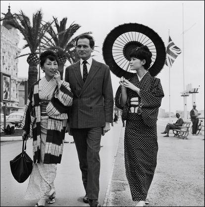 Pierre Cardin y dos mujeres japonesas en el festival de Cannes en 1961.