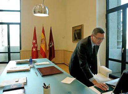 Alberto Ruiz-Gallardón, en la mesa de trabajo de su nuevo despacho en el Palacio de Telecomunicaciones de Cibeles.