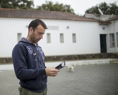 Jaime Martín intenta conectar con su móvil en Valdezufre.