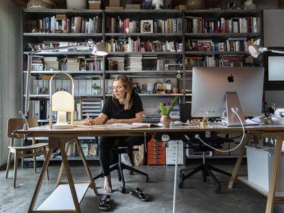 La diseñadora Inma Bermúdez en su estudio en el campo, cerca de Valencia, junto a su lámpara portátil.