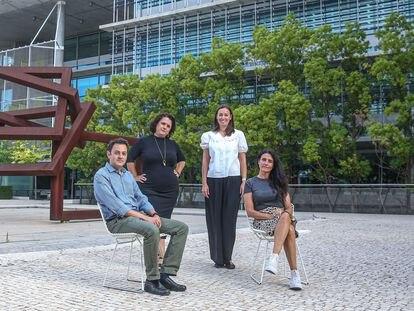 Pablo Espinar, María Ger Vázquez, Natalia Medinilla y María Eugenia Alonso (de izquierda a derecha), trabajadores de Abengoa en el campus de Palmas Altas en Sevilla.