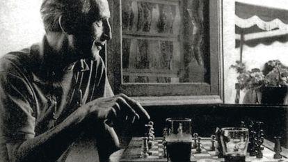 Marcel Duchamp, en el bar Melitón de Cadaqués.