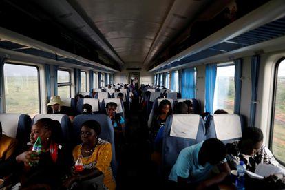 Un grupo de pasajeros viaja en un tren SGR que va de Mombasa a Nairobi, Kenia, el 24 de octubre de 2019.