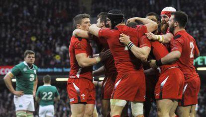 Jugadores de Gales celebran la victoria ante Irlanda.