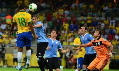 Paulinho marca el gol de la victoria ante Uruguay.