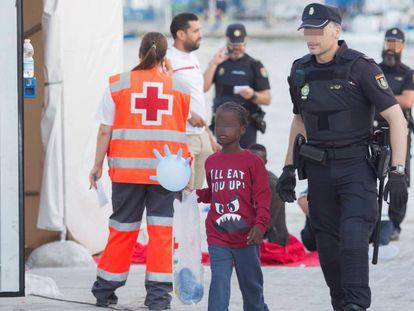 Un menor llegado al puerto de Málaga tras ser rescatado ayer por la tarde de una patera cerca de la Isla de Alborán.