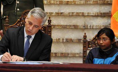 El vicepresidente, García Linera, firma la nueva ley.