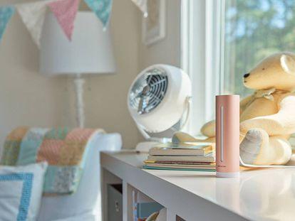 En primer plano, el sistema de monitorización del aire Netatmo Healthy Home Coach.