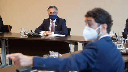El nuevo conseller de Empresa, Ramon Tremosa (i), y el de Territorio, Damià Calvet (d), durante la reunión semanal del Govern.