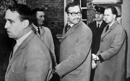 Bruce Reynolds (con gafas) tras comparecer ante el juez en 1968.