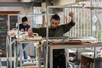 Setenta maestros artesanos trabajan en el taller de Hechizoo en Bogotá.