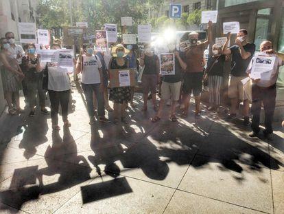 Una veintena de personas de la Asociación Vecinal de Sol y Barrio de las Letras se manifiestan ante el palacio de Cibeles durante el pleno de este miércoles