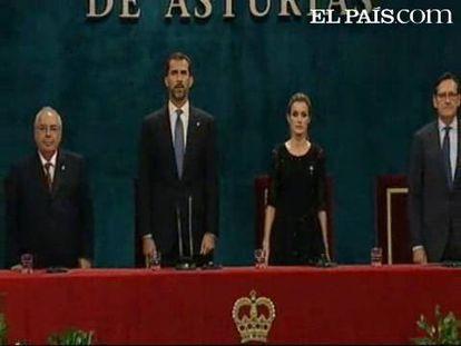 El teatro Campoamor enmudece con el himno de España