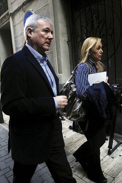 Valcárcel y la consejera portavoz de su Gobierno, a su llegada a la reunión que ayer mantuvo la junta directiva del PP de Murcia.