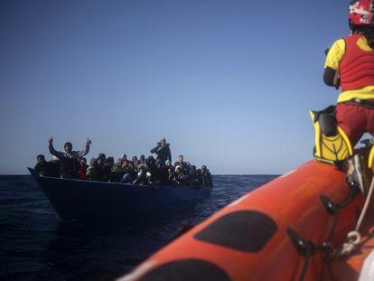 Migrantes asistidos por el 'Open Arms' en el mar Mediterráneo, al norte de Libia, este  pasado sábado.