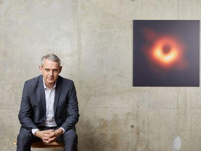 El astrónomo alemán Heino Falcke, junto a la primera imagen de un agujero negro.