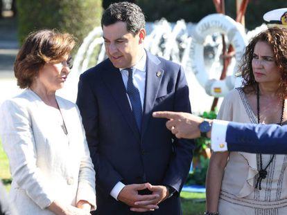 La vicepresidenta del Gobierno en funciones, Carmen Calvo, con el presidente andaluz, Juan Manuel Moreno Bonilla, y la ministra de Hacienda, María Jesús Montero.