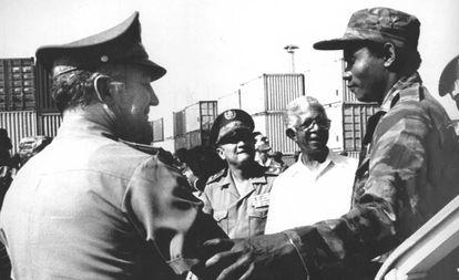 El general cubano Arnaldo Ochoa (izquierda) saluda a los soldados que vuelven de la guerra de Angola.