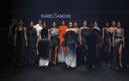 Varias modelos lucen propuestas de la diseñadora Isabel Sanchís durante un desfile celebrado este sábado 10 de abril en Mercedes-Benz Fashion Week Madrid.
