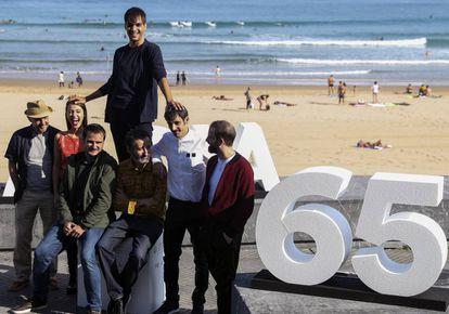 El reparto de 'Handia' rodea a los directores Aitor Arregi (izquierda) y Jon Garaño, sentados, en San Sebastián.