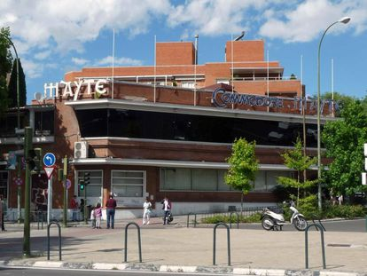 El restaurante se encuentra en la madrileña plaza de la República Argentina, en un emblemático edificio de ladrillo visto construido por Luis Gutiérrez Soto en 1953. El arquitecto fue autor de cines como el Callao, el Barceló o el Europa, y rascacielos como la Torre del Retiro.
