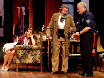 Juan José Otegui (centro) con Juan Echanove y Rosa Manteiga, en 'El precio'.