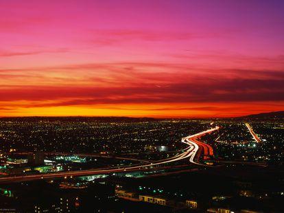 Vista aérea de la ciudad de Los Ángeles al atardecer.