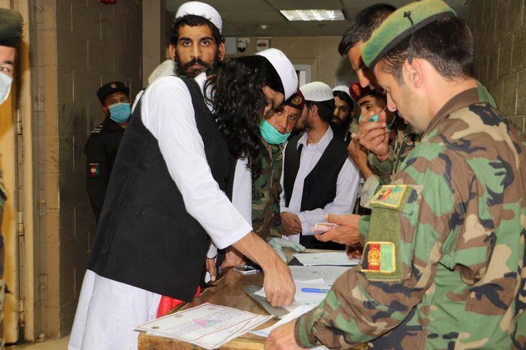 Prisioneros talibanes completan el proceso de liberación, este miércoles en la cárcel de Bagram.