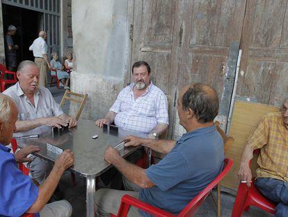 Vecinos de Valencia juegan al dominó sentados a la fresca.