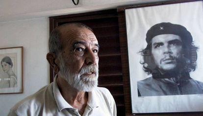 Alberto Korda posando junto al retrato del Che Guevara en agosto de 2000.